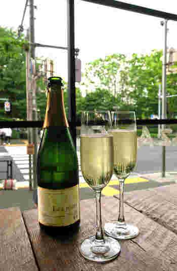 ワインやビール、カクテルなどアルコールメニューも豊富です。お店の雰囲気が素敵なのでランチから飲みたくなってしまいます。