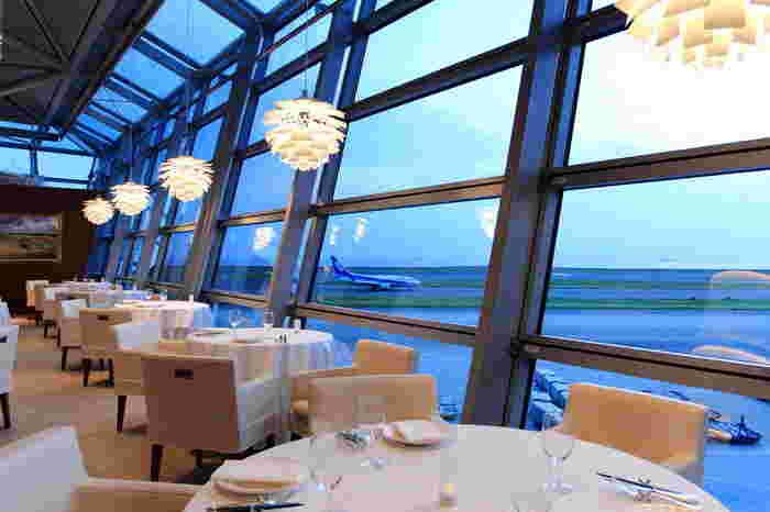 大きな窓があり、飛行機の発着陸を間近で見ることができるセントレア内のレストラン、アリスダイニングは、本格的なフランス料理と懐石料理のお店です。