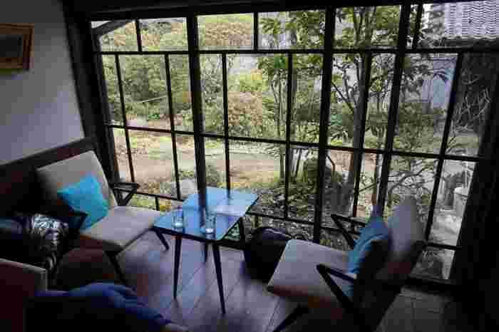 1階ロビーを使ったカフェスペースでは、お庭を愛でながらゆったり休憩ができます。2階にあるコンサートや展示会などを行うイベントスペースも見学できるので、趣のある建築を満喫できます。