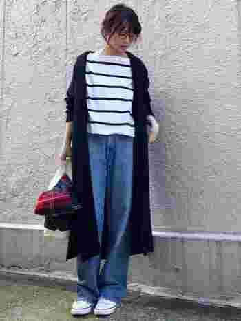 巻いたり羽織ったりせずに、手持ちしたりバッグに乗せたりしても。さりげなく差し色になってくれます。
