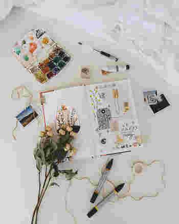 アルバムデコレーションに使えそうな素材は身近にたくさんあります。ペンや絵の具、雑誌の切り抜きや可愛い包装紙、ショップカードやタグなんかも活用できます。