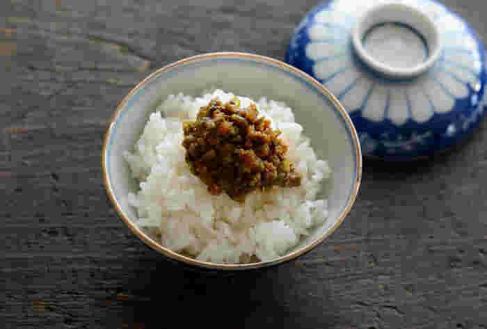 """ご飯と相性抜群の""""ふき味噌""""も、この季節にしか味わえない一品。ご飯にのせたり、焼きおにぎりにしたり…ふろふき大根や田楽の味噌だれにも◎。ふきのとうを切ってから手早く調理すること、そして美味しい味噌を使うことが調理のポイントです。"""