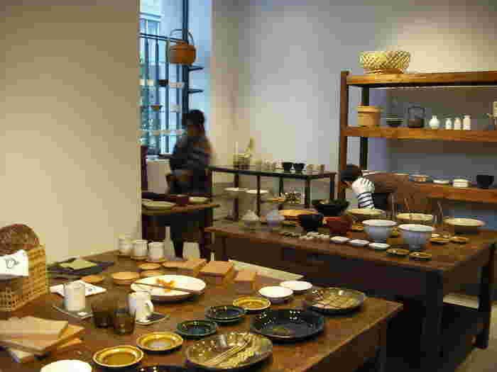 店名についている「コホロ」とは、東京の二子玉川や鎌倉にも展開する、器を中心に扱う雑貨屋「KOHORO(コホロ)」のこと。店内のテーブル席から、コホロのスペースまでは境界なく繋がり、カフェでお茶をしていると、ごく自然に素敵な雑貨が目に入ります。些細な部分への心配りや優しさが、そこかしこに感じられる素敵なお店です。