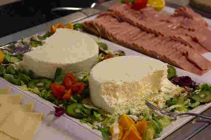 シェーブルタイプは、山羊の乳で作られているチーズのこと。白カビを植え付けたものや炭を使って成形しているものがあります。個性が強い分、一度ハマるとやみつきに。世界的に有名なシェーブルタイプは、ヴァランセ、サント・モール・ド・トゥレーヌ、クロタンなど。  強い風味を持つシェーブルチーズは、甘い蜂蜜やジャムを添えると食べやすくなります。サラダに加えたり、ミントなどのハーブを一緒に使うと独特の味が活きてくるはず。