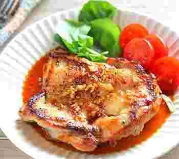 がっつりお肉が食べたい時にはこちらがおすすめ。ジューシーな鶏モモ肉とガーリック醤油は間違いないベストな組み合わせ!皮をぱりっと焼いて熱々を頂けるのはお家ごはんの醍醐味ですね!