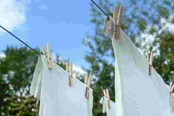 洗濯物がキレイになっていれば良いのですが、残念ながら、洗濯機に溜まった汚れが原因で洗濯物が洗ってもキレイにならないことがあります。  洗ったばかりの洗濯物から嫌なにおいがしたり、洗濯機の中に残留した洗剤の成分が固まってできた白いカスなどが付いていたり、と洗う前にはなかった汚れが付いてしまうことも!