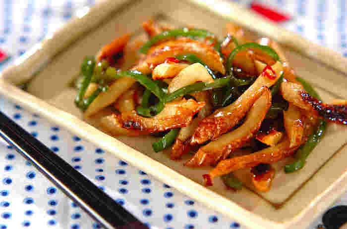 こちらは甘辛の味付けが大好評の「ちくわとピーマンのきんぴら」レシピ。切って炒めるだけの簡単調理です。覚めても美味しいので、お弁当のおかずにも良いですね。