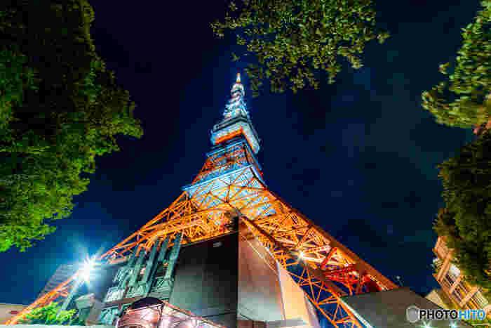 「東京の夜」という言葉を聞いて、東京タワーを思い浮かべる人も多いのではないでしょうか?まずは東京タワーを眺めて、そして昇って景色を楽しんでみましょう。