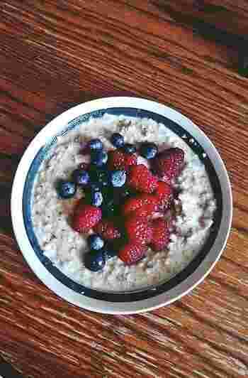 とれたてのラズベリーをナッツやシリアル、オートミールなどと混ぜて朝食メニューに。この一皿で栄養もばっちりですね。