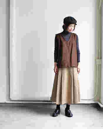 着こなしがマンネリになり始めたら、着姿に奥行きが出るスウェード調ベストを追加。ゆとりのあるデザインを選べば、ニットをインしてももたつきません。