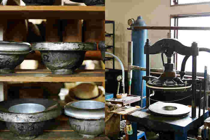帽子の金型(写真左)とプレス機(写真右)