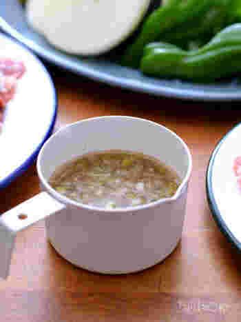 お肉と一緒に食べるとウマウマなねぎ塩だれ。焼肉のタレとしてもおすすめです。市販のタレは手軽ではありますが、新鮮なネギを使ってその場で使いきれる量だけ作ればより美味しく、体にも優しいですね。