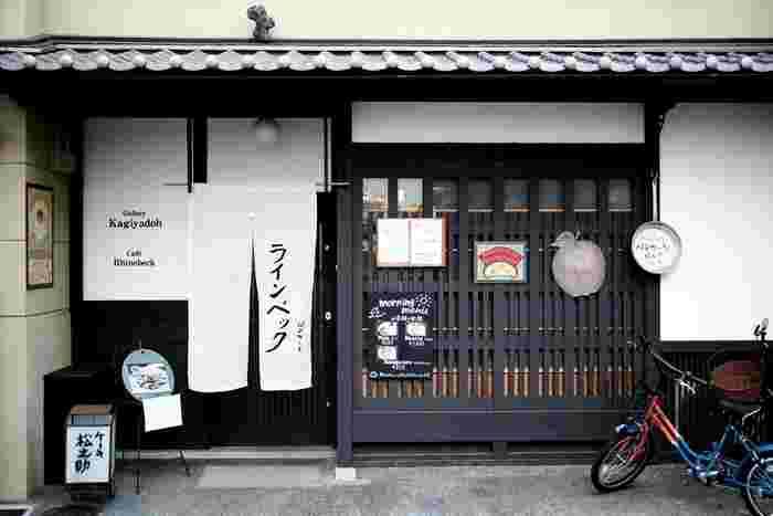 築200年もの町家を修築して営業している「Cafe Rhinebeck(カフェ ラインベック)」。晴明神社からほど近いとはいえ、最寄りの駅やバス停から少し歩く場所にありますが、それでもオープン時間から少し経つと、お客さんの列ができるほどの人気店です。