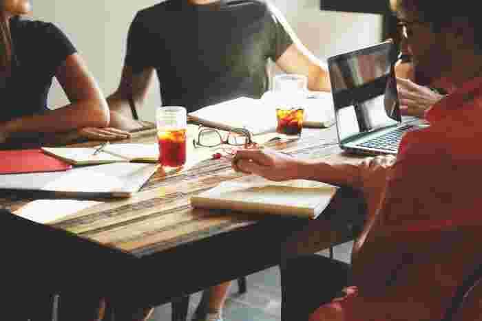 テレビや雑誌など多くのメディアで紹介され、近年ますます注目されている『マインドフルネス』。 グローバル企業の経営トップや一流アスリートが実践していることで一躍有名となり、最近ではストレスマネジメントの一環として、社員研修に積極的に導入している企業が増えています。 一般的には「マインドフルネス=瞑想」というイメージが浸透していますが、実は「料理」や「掃除」をしている時など、日常生活のあらゆるシーンで実践できるのをご存知ですか?