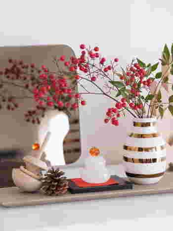 お正月は歳神(としがみ)様をお迎えする大切な行事です。歳神様はその年の五穀豊穣と家族の幸せを約束する神様です。お正月飾りは歳神様をお迎えするために飾り、おもてなしをするという意味があります。