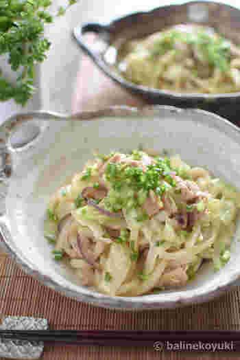 ツナの旨味と生姜の風味がうどんに絡んだ和風テイストの焼きうどん。キャベツ、玉ねぎ、野菜もたっぷりで栄養も満点!お手軽ランチにオススメです。