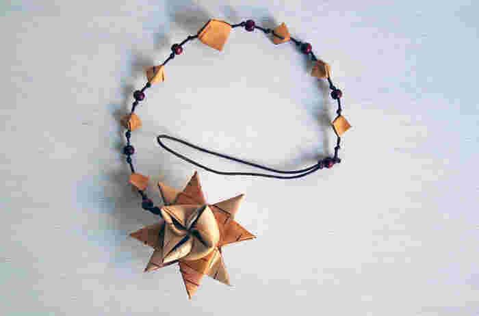 北欧には、ヒンメリやネーベルスロイドなど、伝統的なオーナメントがたくさん。こちらは、フィンランドの工芸品作家「Galina(ガリーナ)」さんがつくる星型がかわいらしいオーナメント。