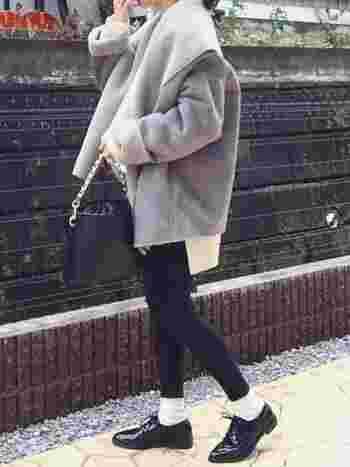 シックで大人っぽい印象のグレーですが、女性らしいやわらかさが表現できるのも魅力。白いコートだと着膨れしそうで心配…という方は、グレーのムートンに挑戦してみては?とっても素敵に仕上がりますよ♪