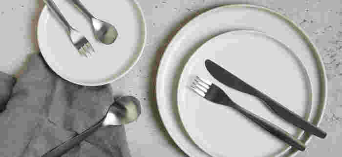 なだらかな曲線と適度な厚みで手になじむ、ベーシックなHIBIカトラリー。すくいやすさや口当たり、重量バランスなどにもこだわった、毎日の食事に欠かせないアイテムです。
