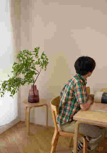 厚みのあるガラス製だから、枝ものを生けても倒れる心配がありません。お部屋にさりげなく置いてあるだけで、お洒落感が漂いますね。