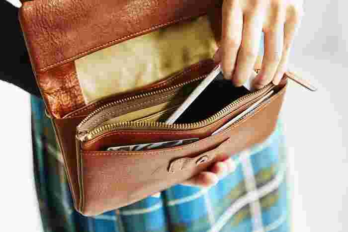 カードやお札、小銭を分けて収納できるポケットが充実しているので、長財布としても使えます。 パスポートやスマートフォンなども入るので、貴重品を身に着けておきたい旅行やパーティーのときに便利です。 もちろんちょっとしたお出かけや散歩にも◎