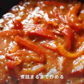 ③炒める フライパンにごま油とにんにく、豆板醤を入れ火にかけ、香りが出てきたらパプリカを入れ炒めます。パプリカがしんなりしたらトマトと塩、醤油を入れ更に炒め、トマトから水分が出て煮詰まるまで炒めます。