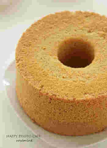 こちらには、焼き上がったシフォンケーキを手を使って型からはずす方法が動画で紹介されています。参考にしてみてください。