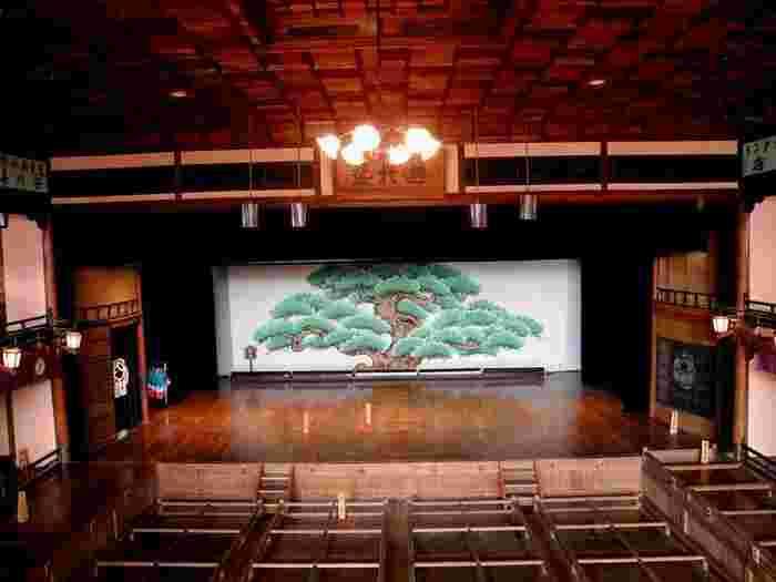 様々な建築技術の粋を集めてできた内子座。注目点がたくさんあります。まず、舞台の床に薄く丸い円があるのがわかるでしょうか?「廻り舞台」と言って、舞台を回転させて場面転換を表現する、歌舞伎独特の装置です。客席は「升席(ますせき)」。お弁当やお酒などを持参して、舞台見物をするのが庶民の数少ない娯楽の一つだったそうです。客席の左にある廊下のような部分が「花道」です。