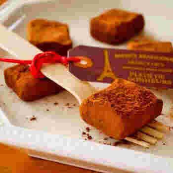チョコレートに水切りヨーグルトを混ぜて作る、失敗のない生チョコレシピです。生クリームを使わず、甘さも控えめでヘルシーなのもうれしいポイント。