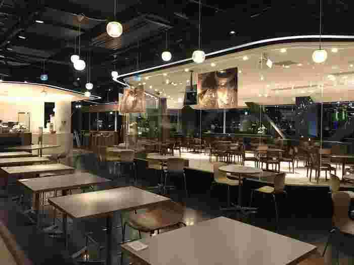 シックな雰囲気の中、食事や休憩で利用できる人気店です。様々なメディアとコラボをしていることでも有名なカフェで、期間限定のコラボメニューも楽しむことができますよ。お台場の中でも眺めの良さに定評のあるカフェです。