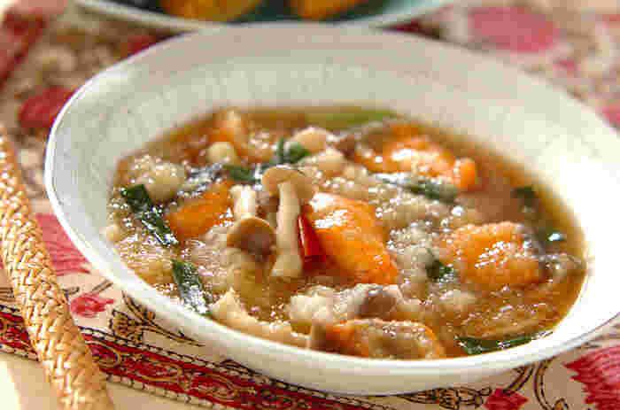 片栗粉を薄くまぶした生鮭を油で揚げ、野菜とともにだし汁で煮込んで、大根おろしを加えます。みぞれ煮にすることで、揚げ物もさっぱりといただけます。