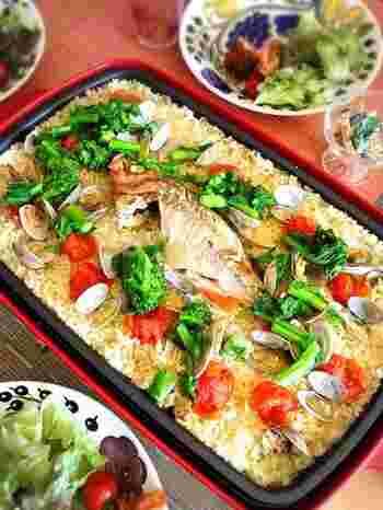 ホットプレートで作るパエリアは、パーティーメニューにぴったりです。 洋風炊き込みご飯のような味わいです。 彩り野菜を使って、見た目も楽しく。