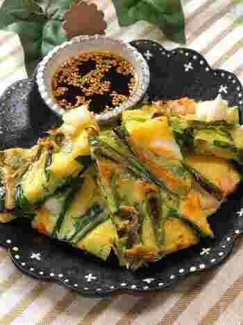 チヂミは、適度なボリュームで小腹を満たしてくれるのもうれしいおつまみ。手軽なシーフードミックスを使って、贅沢気分の海鮮チヂミができます。お酢がきいたさっぱり味のタレがいいですね。