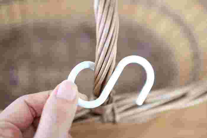 使い方は簡単、閉じている輪っかをひねるように開いて隙間を作ります。一度はめたら自然には取れないのも頼もしい。