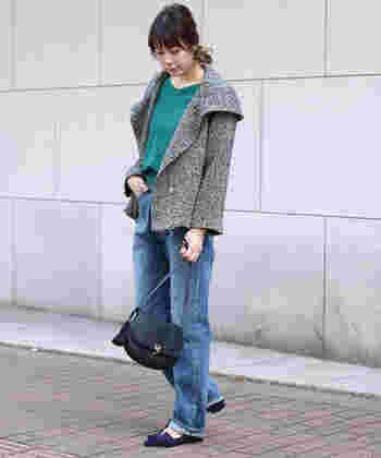 秋冬には欠かせない定番のツイードジャケットを使ったジーンズコーデは、ちょうどいい上品さが魅力的。フードのように大きく広がった首元のデザインが、女性らしいシルエットを演出♪