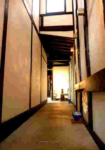 店内ではカフェ・花咲みが随所に京都の町屋であった名残を感じることができます。長いアプローチに間接照明が施された廊下は京町屋建物ならではの魅力を漂わせています。