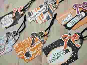 袋を使ったラッピングアレンジのひとつに、メッセージカードを付ける方法もあります。リボンや紐、飾りの着いた針金と一緒に、オリジナルのハロウィンカードを留めましょう。ラッピングが少し物足りないと感じるときにも役立つ方法です♪