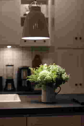 光の濃淡を作るには、お部屋全体を照らす照明は抑えるということもポイントになります。スポットライトのように、照らされる対象を作るのもいいですね。お部屋の中での、光のアクセントとなります。