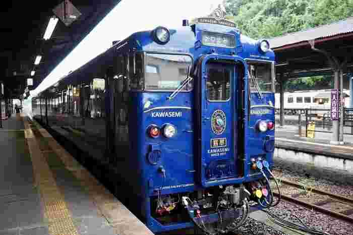 2017年運行を開始した「かわせみ やませみ」は、熊本駅~人吉駅を運行しています。1号車はブルーを基調とした「翡翠(かわせみ)」、2号車がグリーンを基調にした「山翡翠(やませみ)」になっています。特急料金で乗ることができる、ちょっぴり贅沢な列車旅が楽しめます。