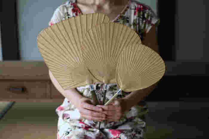 栗川商店の渋うちわは、柿渋をうちわに塗ることで和紙を丈夫にして長持ちさせ、さらに防虫効果の役目も果たしてくれます。3タイプあるうちわは、画像右から、仏扇、小丸、仙扇とあり、小丸は子供用にピッタリ。仏扇は、小振りでバッグに収納しやすいので女性に人気です。