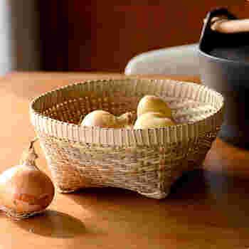 こちらはバリバンブーの竹かごです。野菜や果物、おやつなんかを入れておくのにぴったりですね。そのまま食卓にあげておいても素敵です。
