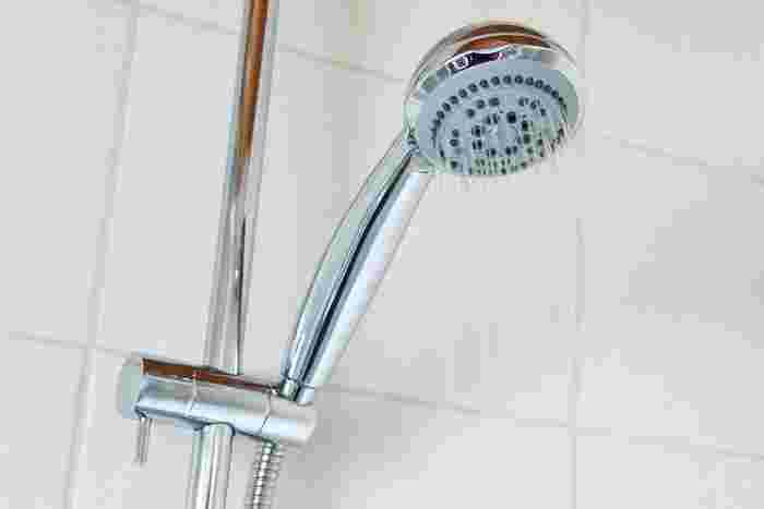 頭皮に余計な力を加えない、爪を立てないように気をつけて洗った後のすすぎは、頭皮をもむようにして行います。頭皮に洗髪料が残らないよう丁寧に。髪の流れに逆らわないようにシャワーを当てていきましょう。
