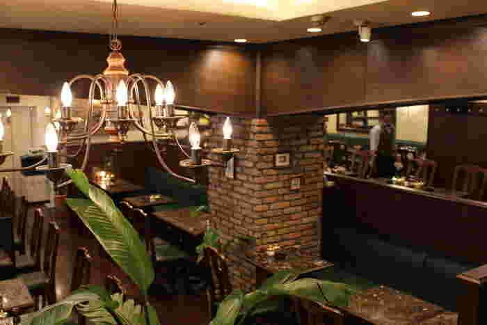 1975年に歌舞伎町にて創業した歴史ある喫茶店ですが、2015年に新宿三丁目駅徒歩1分の場所へと移転しました。移転後も雰囲気はそのままに、客席も117席と大変広いです。更に24時間営業でフリーWIFIや電源サービスもありと、至れり尽くせりの喫茶店です。