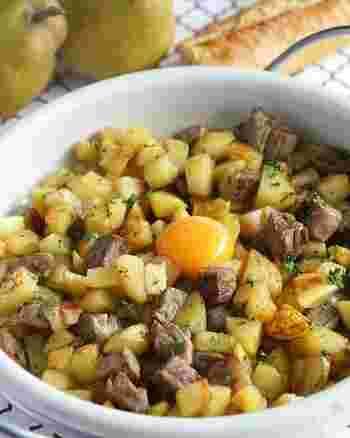 スウェーデンには、お肉やハム・じゃがいもなどをローストして卵黄をからめて食べる「ピット・イ・パンナ」という家庭料理があります。シンプルで優しい北欧のおふくろの味です。