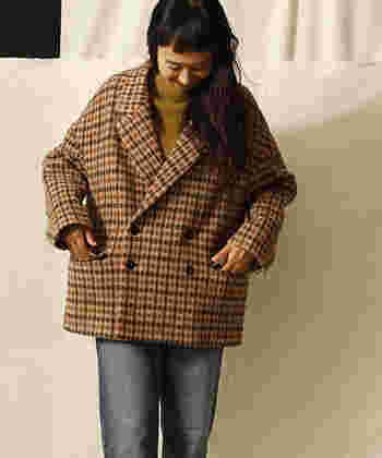 ベーシックなテーラードジャケット+ジーンズは、カッコ可愛いカジュアルコーデの定番。そこに今っぽい大人の個性を出すなら、ざっくりジャケットを選ぶのがおすすめ。ジャケットそのものがシンプルなデザインの場合は、インナーに目を惹くカラーを合わせてスパイスを加えてみて。