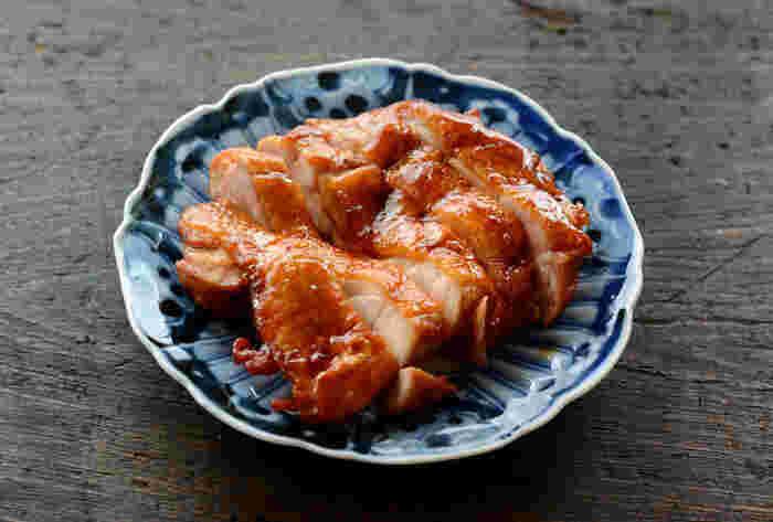 照りが美味しそうな甘辛チキン。冷めても美味しいので、手巻き寿司の具にもぴったりです。食べやすいよう細目に切ってお皿に盛り付けましょう。