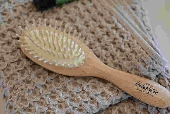 ドライヤーで乾かす前、ヘアアイロンをあてる前には、必ずブラッシングを。絡まった髪の毛を整えたり、寝癖やうねりを抑えたりするだけで、仕上がりがかなり違います。獣毛(豚毛・猪毛)のブラシは、キューティクルを傷めにくく、ツヤが出しやすいので、ブラシ使いにもこだわりたい方は、ぜひチェックしてみて。