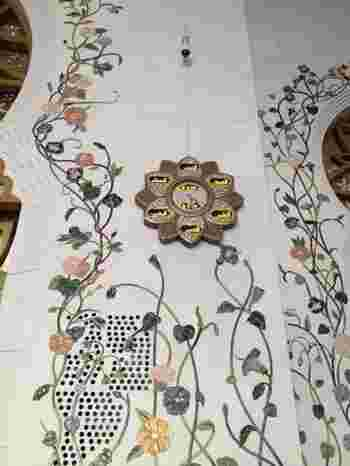 職人の手仕事が光る、細部まで繊細なつくりも見所。イスラム教で重要な意味を担うブドウ、ヤシの木、そして様々な花のモチーフがガラスモザイクやスワロフスキー、彫刻などで表現されています。