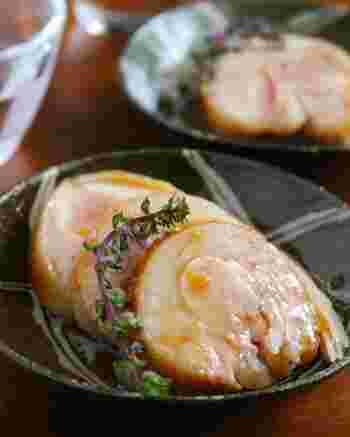 塩とマーマレードで下味を付け、紅茶で煮る紅茶鶏です。炊飯器の保温を使って、火が通りにくい鶏肉も中までしっかり、でもしっとりのまま仕上げてくれます。