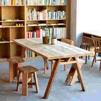 震災後に整備されたシェアスペースのためのテーブルをもとに開発された、頑丈なテーブルです。見た目もナチュラルで誰にとっても好感の持てるシンプルなデザインが特徴。飾らない素朴さが魅力です。